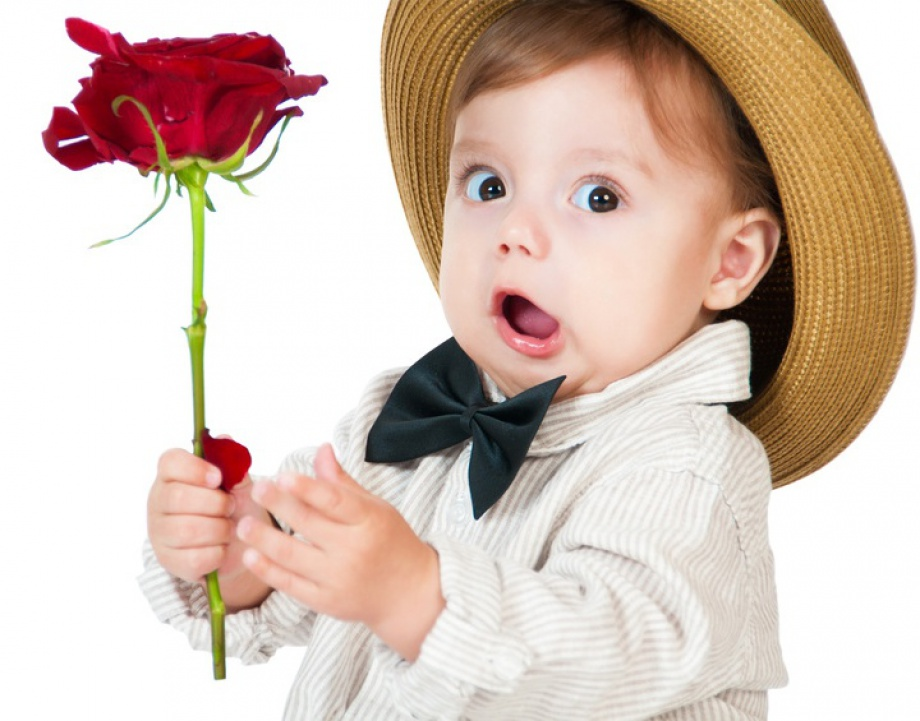 Маленький мальчик с цветком